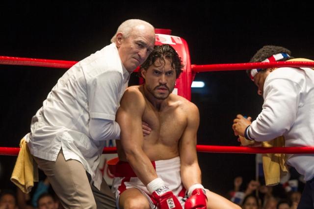 (L-R) Robert De Niro and Édgar Ramírez star in HANDS OF STONE © The Weinstein Company