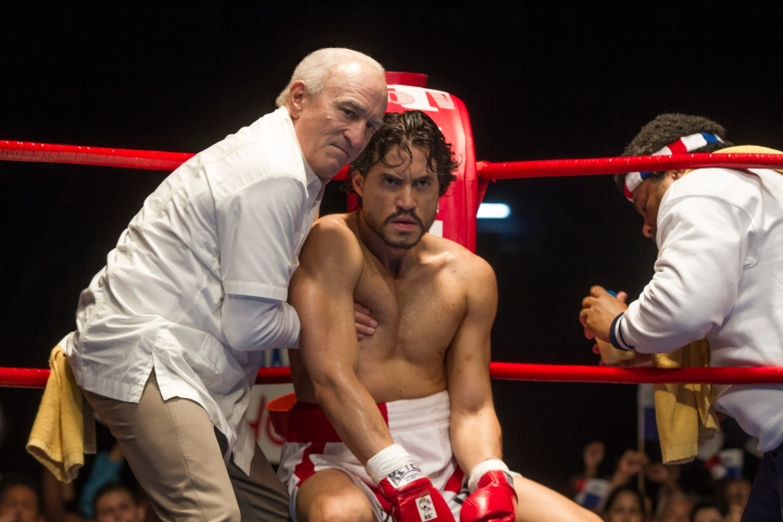 (L-R) Robert De Niro and Édgar Ramírez star in HANDS OF STONE © The Weinstein Company